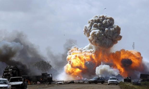 Έκρηξη οχημάτων που ανήκαν στις δυνάμεις του Λίβυου ηγέτη Καντάφι, μετά από αεροπορική επιδρομή των συμμαχικών δυνάμεων