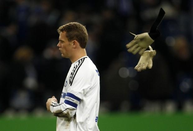 Ο τερματοφύλακας της Σάλκε  πετάει τα γάντια του κατά τη διάρκεια αγώνα.