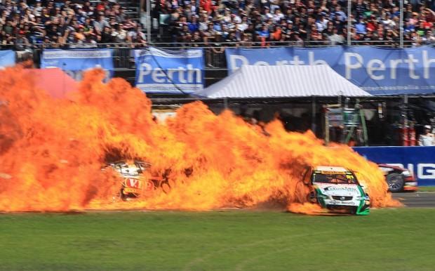 Σύγκρουση αυτοκινήτων σε αγώνες στο Περθ, 1 Μαΐου του 2011.