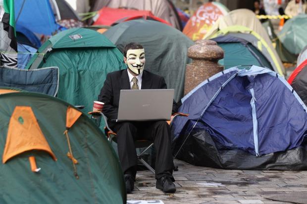 """Διαδηλωτής """"Occupy LSX"""" στο Λονδίνο. Η διαδήλωση αφορούσε την αύξηση των διδάκτρων και την ιδιωτικοποίηση των πανεπιστημίων"""