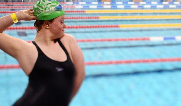 Η Ciara Trait από την Ιρλανδία, μετά τη νίκη στα 25 μέτρων ύπτιο στους αγώνες Special Olympics, την 1η Ιουλίου του 2011 στην Αθήνα.