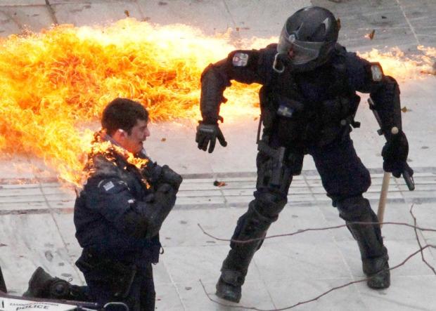 Αστυνομικός τυλιγμένος με φλόγες στην Αθήνα.