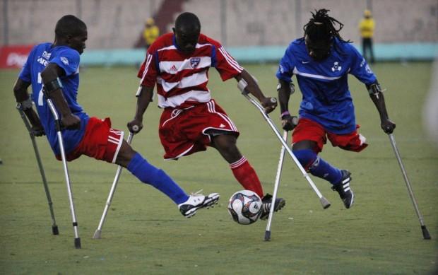 Νέοι ποδοσφαιριστές που έχασαν τα πόδια τους στο σεισμό της Αϊτής.