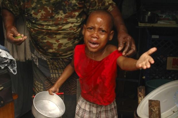 Ένα αγόρι κλαίει μετά από εισπνοή δακρυγόνων που ρίχτηκαν από τους αστυνομικούς κατά τη διάρκεια συγκρούσεων στην  Αϊτή.