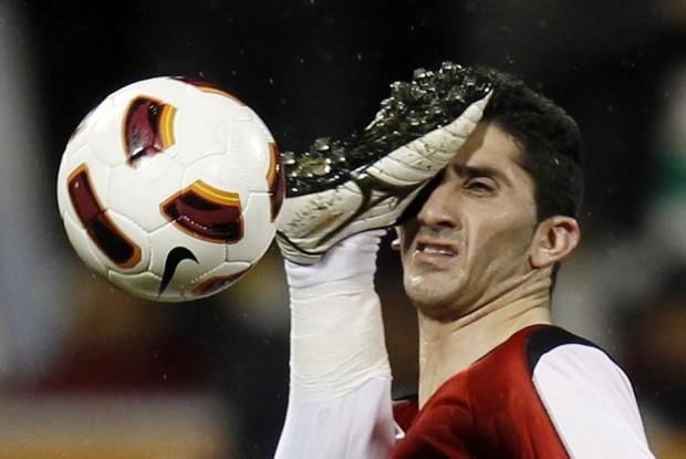 Ποδοσφαιριστής χτυπάει με ανάποδο ψαλίδι αντίπαλο του
