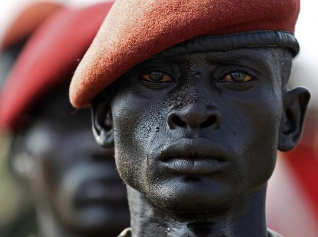 Στρατιώτης κατά τη διάρκεια μιας πρόβας για την τελετή της Ημέρας της Ανεξαρτησίας του Σουδάν,  5 Ιουλίου 2011.