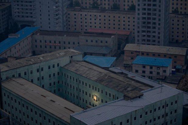 Πρώτο βραβείο 'Καθημερινές στιγμές'. Η φωτογραφία του ιδρυτή της Βόρειας Κορέας, Κιμ Γιονγκ Σουνγκ κρέμεται σε ένα κτήριο της Πιονγιάνγκ