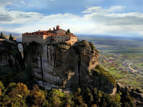 Μονή στα Μετέωρα. Παλιότερα, υπήρχαν στα Μετέωρα 24 σημαντικά μοναστήρια. Είναι χτισμένα πάνω σε ογκόλιθους ψαμμίτη που φτάνουν σε ύψος τα 550 μέτρα.
