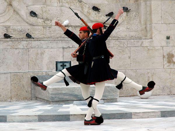 Οι Εύζωνες, επίλεκτα μέλη της Ελληνικής Προεδρικής Φρουράς, επιφορτισμένοι με την προστασία του Προεδρικού Μεγάρου και του Ελληνικού Κοινοβουλίου.