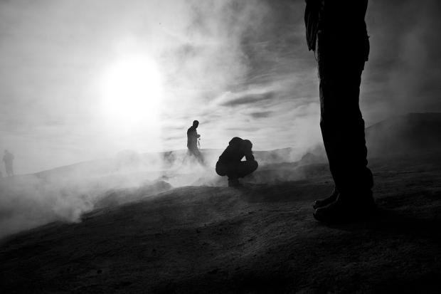 Αυτό το πλάνο ελήφθη στη Βολιβία, κοντά στην πόλη Σούκρε. Στα 4800 μέτρα πάνω από την επιφάνεια της θάλασσας το βουνό απελευθερώνει αέριο καθημερινά από τις πέντε έως τις επτά το πρωί.