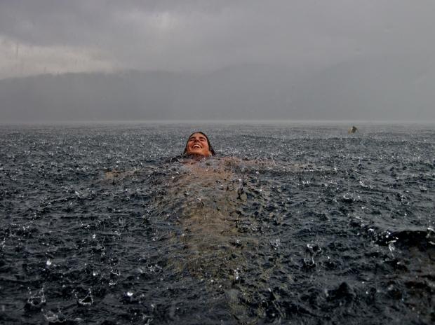 Κολύμπι με βροχή. Νότια Χιλή.