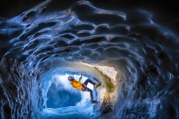 Η τρομακτική εμπειρία της αναρρίχησης μέσα σε ένα σπήλαιο πάγου στη βόρεια πλευρά της κορυφής των Άλπεων, σε υψόμετρο 3800 μέτρων.