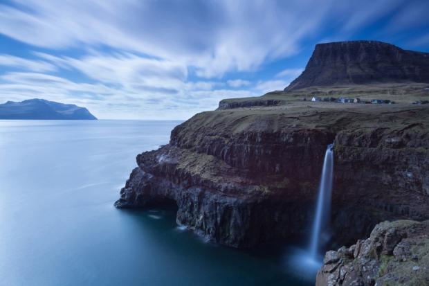 Το μικροσκοπικό χωριουδάκι (17 κάτοικοι το 2007) Gásadalur βρίσκεται στα δυτικά του νησιού Vágar, των νήσων Φερόες και με θέα προς το νησάκι Mykines.