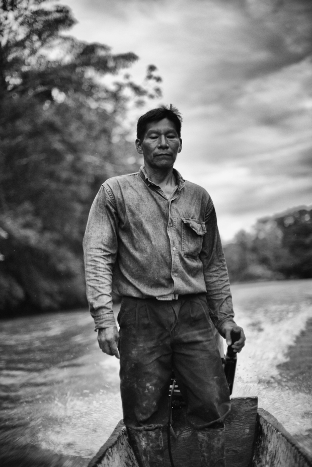 Βαρκάρης στον Αμαζόνιο του Εκουαδόρ.