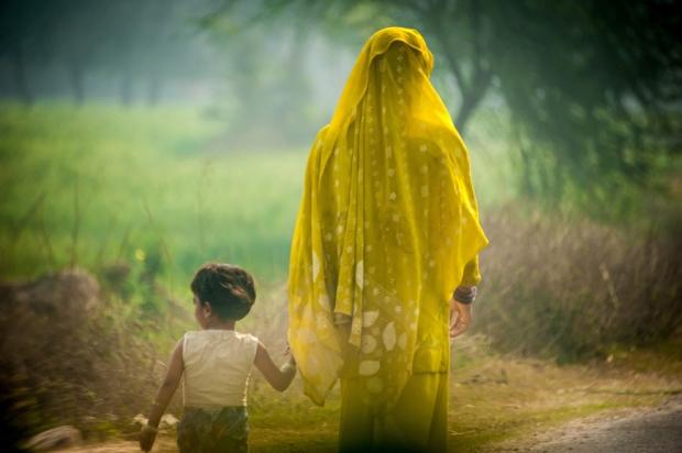 Μητέρα και παιδί, στο δρόμο προς την  Άγκρα.