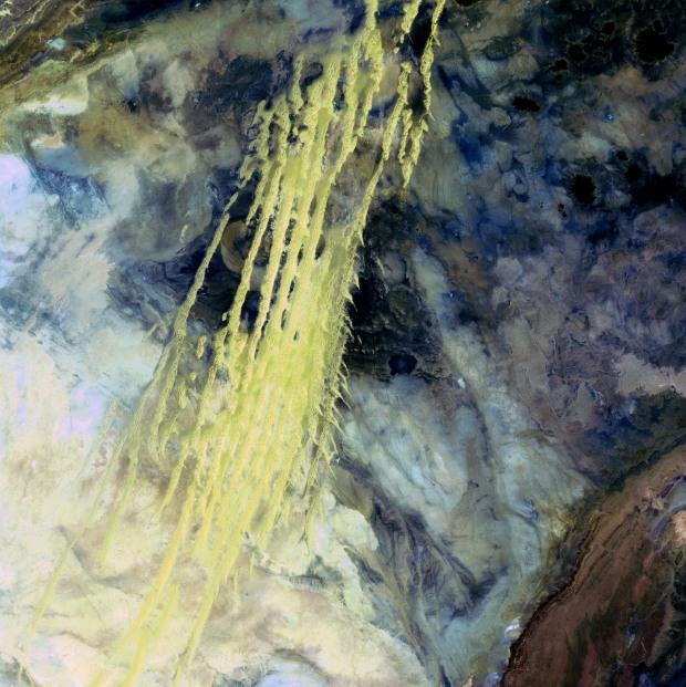 Στήλες άμμου όπως ξεσηκώνονται από τον άνεμο, στην περιοχή Erg Iguidi, στα σύνορα Αλγερίας και Μαυριτανίας. Η λήψη πραγματοποιήθηκε στις 8 Απριλίου 1985
