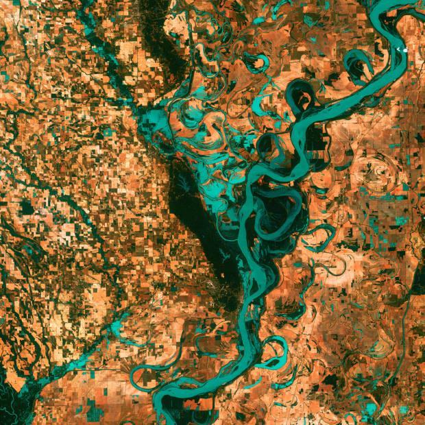 Ποταμός Mississippi, ή αλλιώς, η απόδειξη της ανθρώπινης παρουσίας στον πλανήτη. Πόλεις, δρόμοι και χωράφια απεικονισμένα σαν τετράγωνα, σε αντίθεση με τις καμπύλες που σχηματίζει ο ποταμός. Η λήψη πραγματοποιήθηκε την 28η Μαϊου 2003