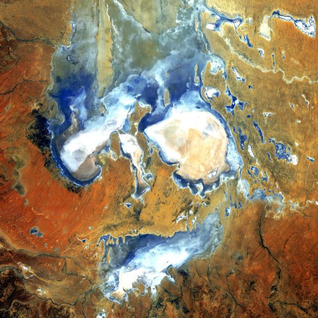 Η λίμνη Eyre, στην έρημο της Βόρειας Αυστραλίας. Μία λίμνη που έχει γεμίσει με νερό, μόλις 3 φορές στα τελευταία 150 χρόνια. Η λήψη έγινε στις 8 Αυγούστου 2006,
