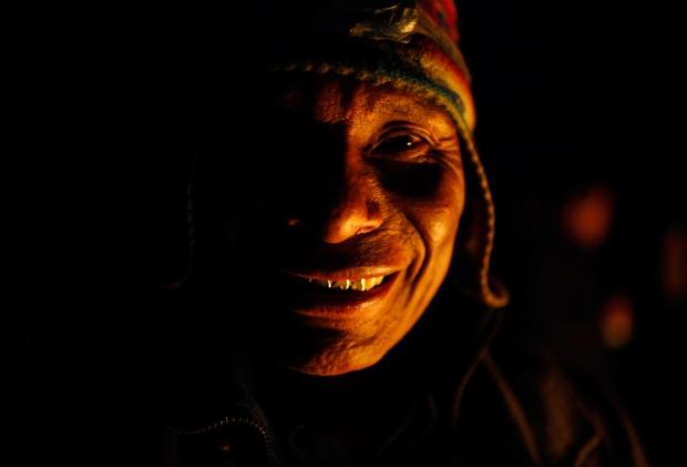 """Πνευματικός οδηγός που αποκαλείται """"Amauta κατά τη διάρκεια τελετής προς τιμήν της """"Pachamama"""", ή της Μητέρα Γη, στο βουνό El Cumbre στα περίχωρα της Λα Παζ, Βολιβία.  Σύμφωνα με την τοπική αγροτική παράδοση, η μητέρα Γη ξυπνάει 'πεινασμένη' και 'διψασμένη' τον Αύγουστο ,και χρειάζεται προσφορές τροφίμων και ποτών, προκειμένου να γίνει εύφορη και να χει πλούσια απόδοση"""