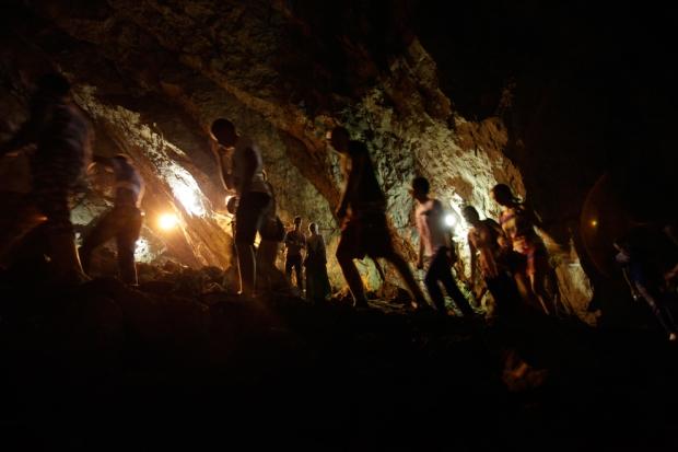 Άνθρωποι προχωράνε ξυπόλητοι μέσα σε μια σπηλιά κατά τη διάρκεια της παραδοσιακής ετήσιας προσευχής για τη βροχή, στο σπήλαιο Djevojacka, κοντά  στο Kladanj, Βοσνία