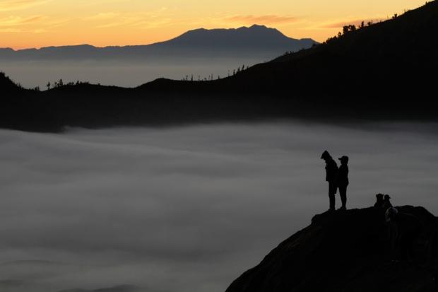 Χωρικοί στέκονται σε κρατήρα βουνού καθώς περιμένουν την ανατολή του ηλίου κατά τη διάρκεια του ετήσιου φεστιβάλ Kasada στην Ανατολική Ιάβα επαρχία της Ινδονησίας.
