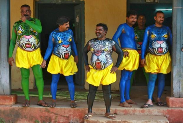 """Χορευτές περιμένουν να λάβουν μέρος σε μια παράσταση κατά την έναρξη του ετήσιου φεστιβάλ συγκομιδή του """"Onam"""" στο Κότσι, Ινδία"""