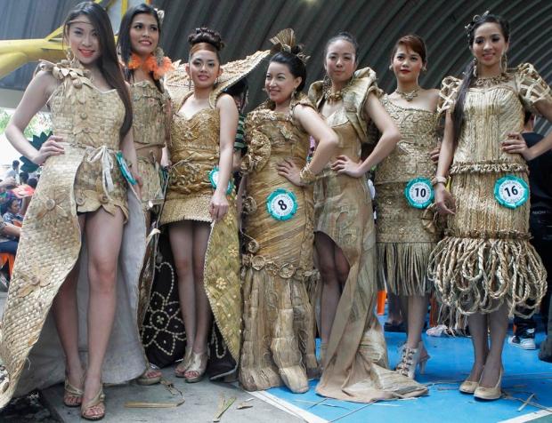 Οι υποψήφιες των καλλιστείων Miss Lily εκθέτουν τα φορέματα τους, κατασκευασμένα από αποξηραμένα φυτά , κατά τη διάρκεια του Φεστιβάλ Water Lily στην πόλη Las Pinas, Φιλιππίνες.