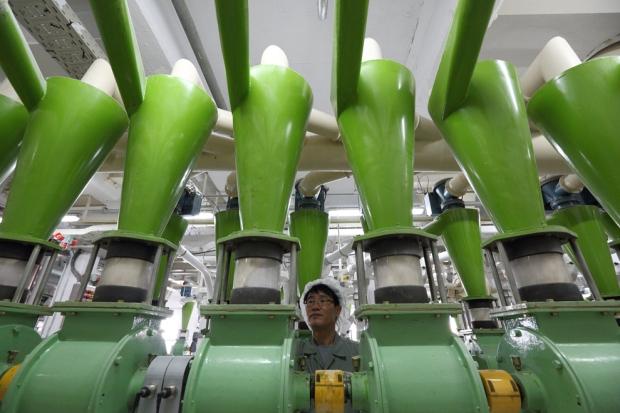 Εργαζόμενος στη γραμμή παραγωγής αλευρόμυλου στο Incheon, Νότια Κορέα.