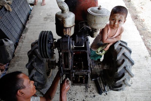 Επισκευές σε τρακτέρ στο Kyaiklat, Μιανμάρ