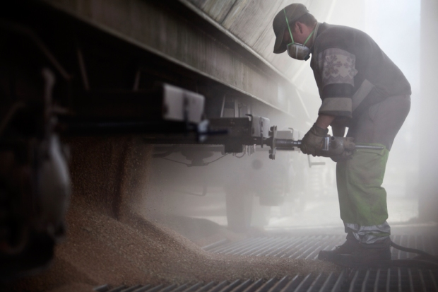 Δημητριακά πέφτουν από ένα βαγόνι μεταφοράς όταν ένας υπάλληλος ανοίγει τις πόρτες αποθήκευσης στο Val de la Haye, Γαλλία