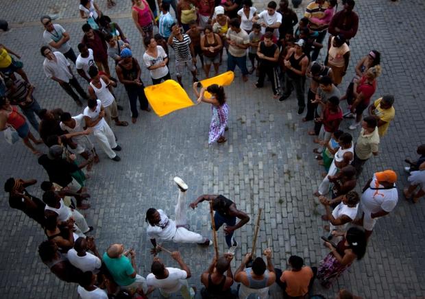 Δύο ομάδες capoeira, χορεύουν στην Παλιά Αβάνα, Κούβα