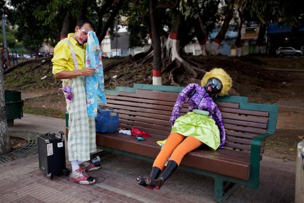 Κλόουν αφαιρεί τη μάσκα του στο τέλος της εργάσιμης ημέρας στο Καράκας, Βενεζουέλα,
