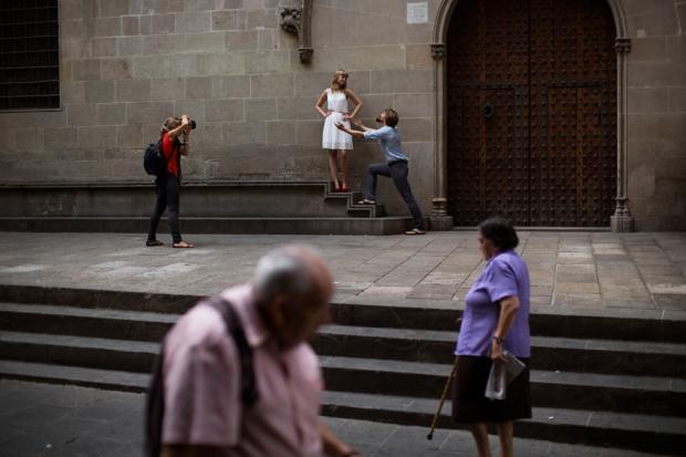 Φωτογράφος βγάζει φωτογραφίες από ένα ζευγάρι στη Βαρκελώνη, Ισπανία