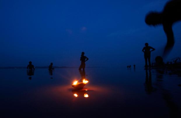 Μια λάμπα πετρελαίου επιπλέει στις όχθες του ποταμού Γάγγη , Ινδία,